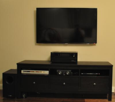 Fernseher hängt ohne Kabel an der Wand